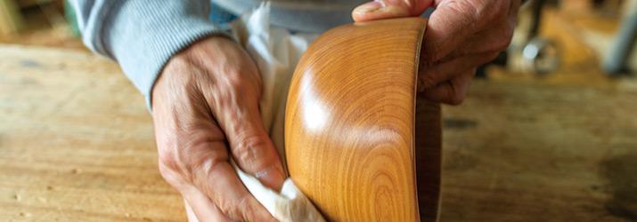蜜蝋ワックスを木の器に塗布する様子