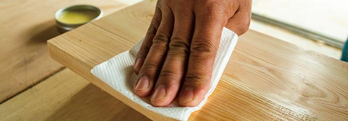 蜜蝋ワックスを無垢の木材に塗布する様子