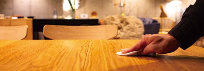 蜜蝋ワックスを木製テーブルに塗布する様子