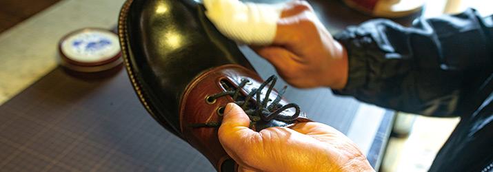 蜜蝋ワックスを革靴に塗布する様子